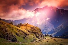 Coucher du soleil lumineux impressionnant dans les montagnes, paysage dans le col lumineux Photo stock
