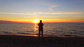 Coucher du soleil magique de Taking Picture Of de photographe sur la plage banque de vidéos
