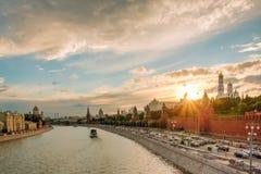 Coucher du soleil magnifique au-dessus de la rivière de Kremlin et de Moscou photos libres de droits