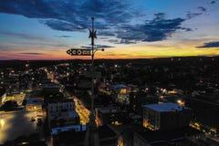 Coucher du soleil magnifique au-dessus de tour d'hôtel de ville photo stock