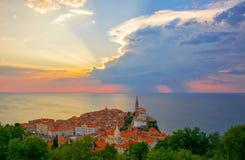 Coucher du soleil magnifique au-dessus de vieille ville de Piran, Slovénie photos stock
