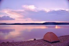 Coucher du soleil magnifique dans le paysage de lac Photographie stock