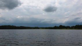 Coucher du soleil magnifique sur la vue de lac de forêt Rivage de lac avec les arbres et les usines verts Ciel couvert de nuages  banque de vidéos