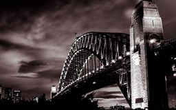 Coucher du soleil magnifique sur le pont en acier puissant de Sydney Harbor traversant l'océan image stock