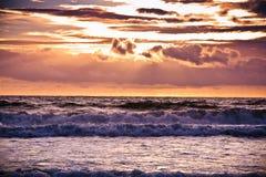 Coucher du soleil majestueux au-dessus de l'océan Photos libres de droits