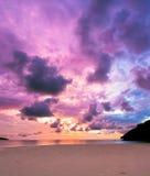 Coucher du soleil majestueux coloré à la plage Bornéo de sable Photos stock