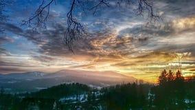 Coucher du soleil majestueux dans l'horizontal de montagnes Images stock