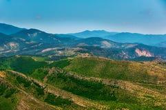 Coucher du soleil majestueux dans l'horizontal de montagnes Image stock