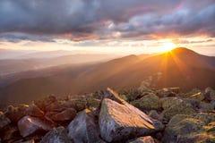 Coucher du soleil majestueux dans l'horizontal de montagnes Ciel et col dramatiques Photos stock