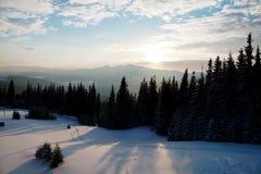 Coucher du soleil majestueux dans l'horizontal de montagnes Ciel excessif Carpathien, Ukraine, l'Europe Photos libres de droits