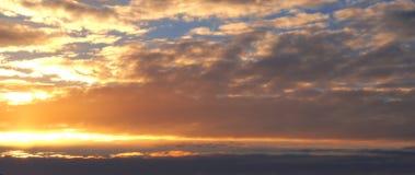 Coucher du soleil majestueux dans l'horizontal de montagnes Ciel excessif Carpathien, Ukraine, l'Europe Photo stock