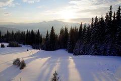 Coucher du soleil majestueux dans l'horizontal de montagnes Ciel excessif Carpathien, Ukraine, l'Europe Photos stock