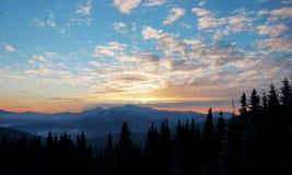 Coucher du soleil majestueux dans l'horizontal de montagnes Ciel excessif Carpathien, Ukraine, l'Europe Image stock