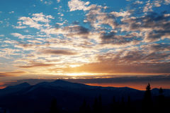 Coucher du soleil majestueux dans l'horizontal de montagnes Ciel excessif Carpathien, Ukraine, l'Europe Photo libre de droits