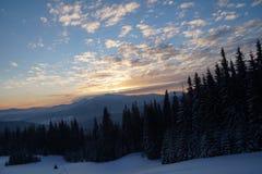 Coucher du soleil majestueux dans l'horizontal de montagnes Ciel excessif Carpathien, Ukraine, l'Europe Photographie stock