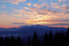 Coucher du soleil majestueux dans l'horizontal de montagnes Ciel excessif Carpathien, Ukraine, l'Europe Photographie stock libre de droits