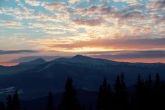 Coucher du soleil majestueux dans l'horizontal de montagnes Ciel excessif Carpathien, Ukraine, l'Europe Image libre de droits