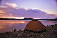Coucher du soleil majestueux dans le paysage de lac Images libres de droits