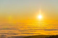 Coucher du soleil majestueux, lever de soleil dans les montagnes Image stock