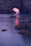 Coucher du soleil marin par la roche de cavité de Penafurada Image stock