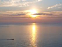 Coucher du soleil merveilleux à la mer photographie stock
