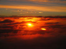 Coucher du soleil merveilleux au-dessus des nuages, l'atmosphère méditative paisible Photos libres de droits