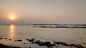 Coucher du soleil merveilleux aux doumas de bord de la mer, Goudjerate, Inde photos libres de droits