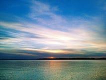 Coucher du soleil merveilleux sur l'eau Photo libre de droits