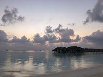 Coucher du soleil merveilleux sur la plage photographie stock