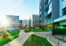 Coucher du soleil moderne d'immobiliers de bâtiments résidentiels de maisons et de maisons d'appartement photo libre de droits