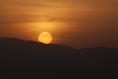 Coucher du soleil montrant des taches solaires sur le soleil Image libre de droits