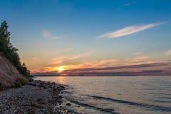 Coucher du soleil multicolore d'été sur une grande rivière Image libre de droits