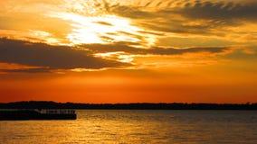 Coucher du soleil mystérieux de lac Photos libres de droits