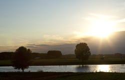 Coucher du soleil néerlandais au-dessus de la rivière Image libre de droits