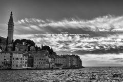 Coucher du soleil noir et blanc de Rovinj - de la Croatie Photo libre de droits