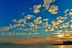 Coucher du soleil nuageux Image stock