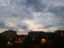 Coucher du soleil nuageux au-dessus de l'hôpital photo libre de droits