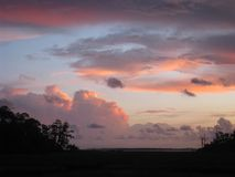 Coucher du soleil nuageux au-dessus de marais Photos stock
