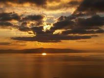 Coucher du soleil nuageux chaud Image stock