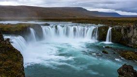 Coucher du soleil nuageux chez Godafoss, Islande du nord-est photographie stock