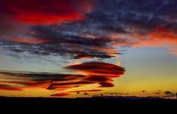 Coucher du soleil nuageux coloré photo stock