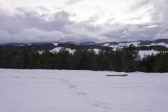 Coucher du soleil nuageux dans les montagnes image stock