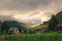 Coucher du soleil nuageux dans Vielha, Espagne Image stock