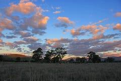 Coucher du soleil nuageux de pays au-dessus des terres cultivables de Thornton, Victoria photo stock