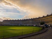 Coucher du soleil nuageux dramatique sur le croissant royal photo stock