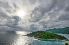 Coucher du soleil nuageux en mer Images stock