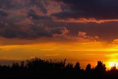 Coucher du soleil nuageux orange Photographie stock