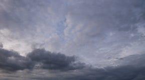 Coucher du soleil obscurci de nuage de ciel Photo libre de droits