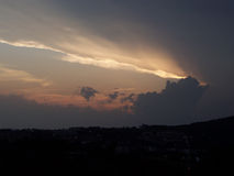 Coucher du soleil orageux image stock