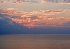 Coucher du soleil orageux au-dessus de lac Images libres de droits